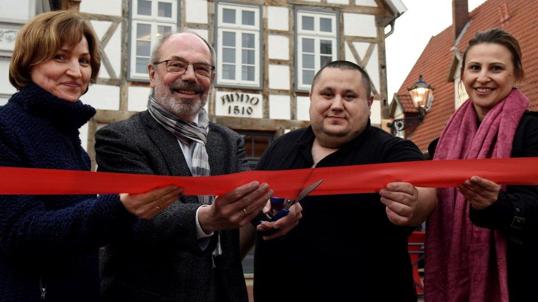 """Quakenbrück. Das Restaurant """"Anno 1510"""" an der Langen Straße in Quakenbrück nutzt ab sofort auch einen kleinen Teil des gegenüberliegenden Marktplatzes. Dass die Eröffnung zum feierlichen Akt geriet, lang an…"""